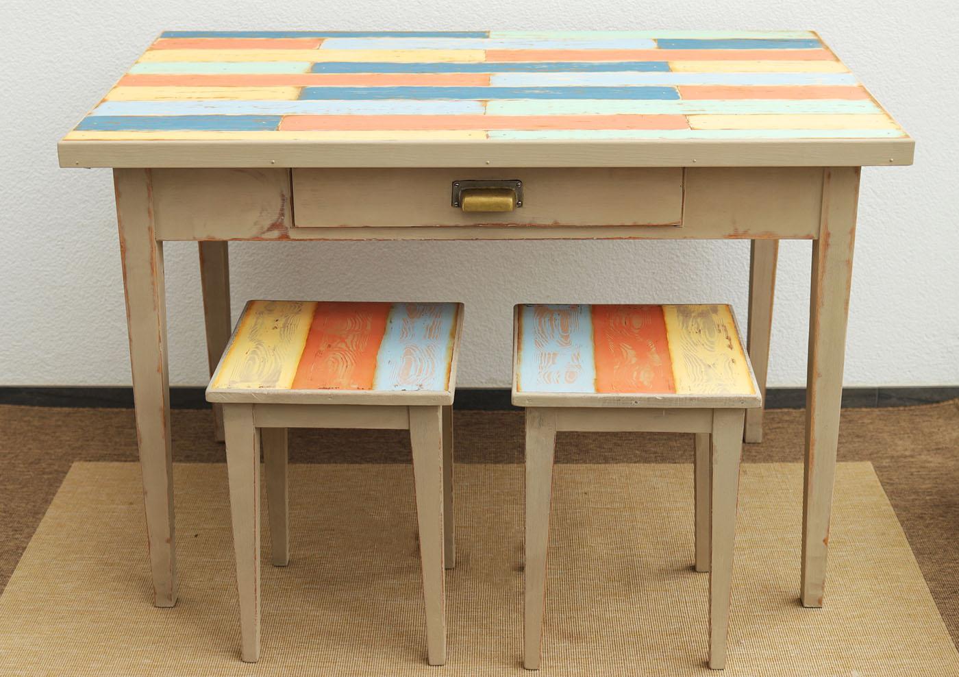 Tisch Mit Zwei Hocker